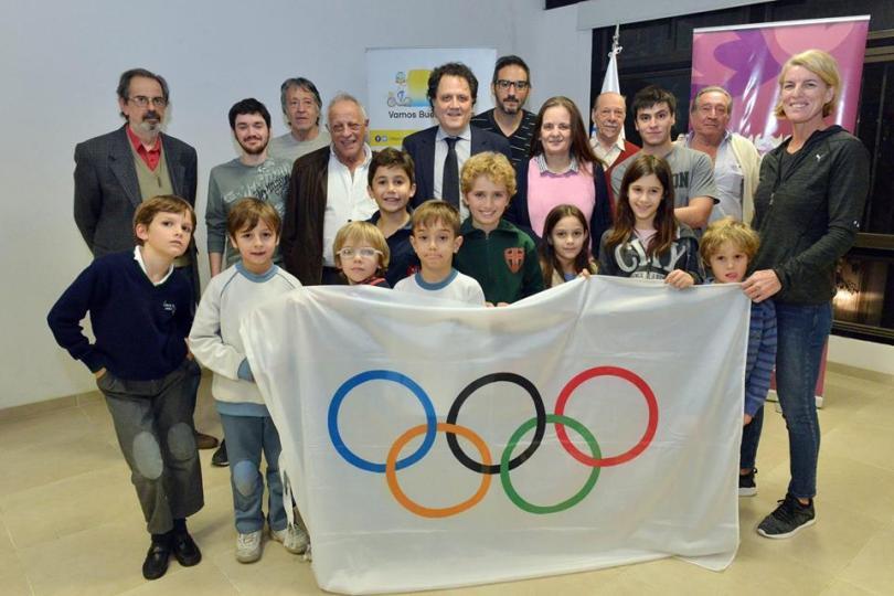 bandera olímpica en mariano moreno.jpg